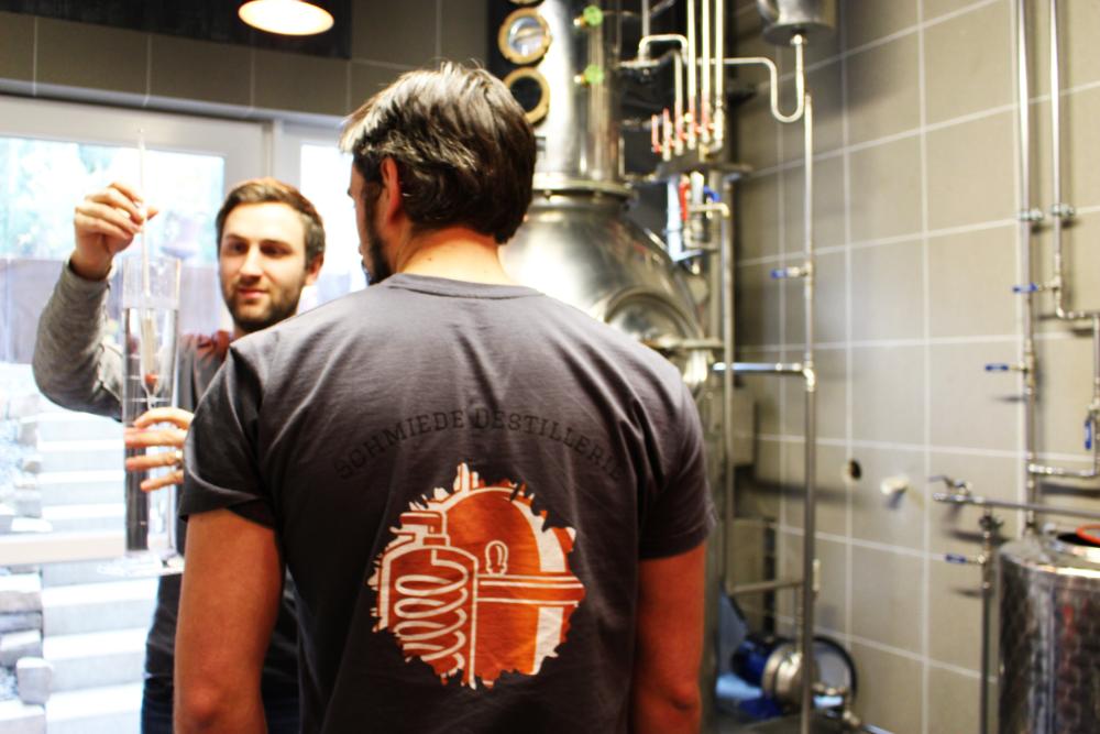 """Schmiede Gin: """"Handwerklich destillierter Gin, der die Kunst der Destillation und des Weinbaus miteinander vereint."""""""